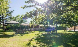 Zona piscina y jardín. Terraza