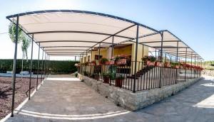 Detalle exterior Hotel. Barbacoa